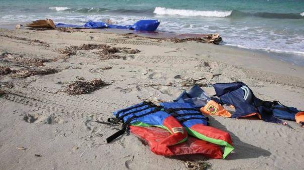 Libia, giubbotti salvagente sulla spiaggia di Sabrata (foto Afp)