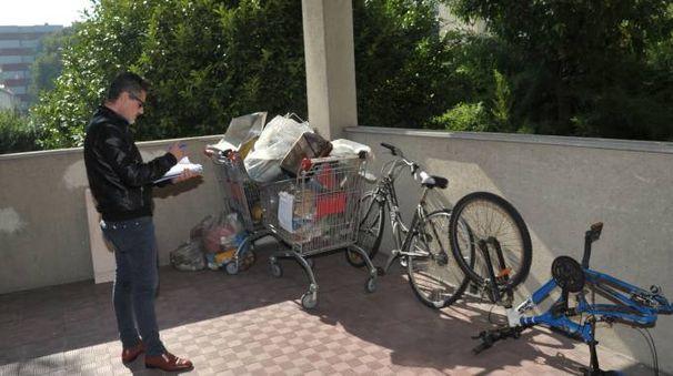 Biciclette, carrelli della spesa e rifiuti abbandonati nel palazzo popolare di via Matteotti a Peschiera
