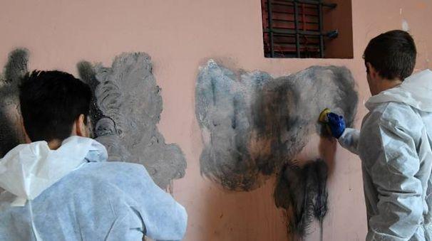 La pulizia dei muri in piazzetta Biagi