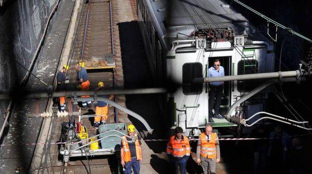 Rilievi dei tecnici Atm sul treno deragliato