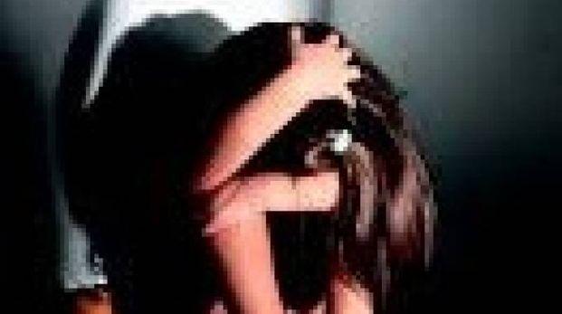 Una ragazza dopo le violenze (foto archivio)