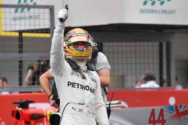Hamilton festeggia la prima pole in carriera a Suzuka (Afp)