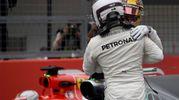 L'abbraccio tra i due piloti della Mercedes (Afp)