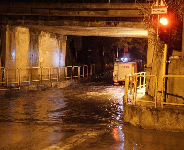 Intervento dei vigili del fuoco nel sottopasso allagato a Porto San Giorgio (foto Zeppilli)