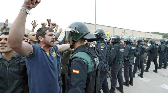 Catalogna, il giorno del referendum. Guardia Civil davanti ai seggi (Ansa)