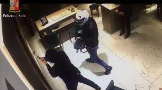 Frame video della rapina in gioielleria