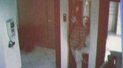 Un fermo immagine del rapinatore che entra in banca (Foto Schicchi)