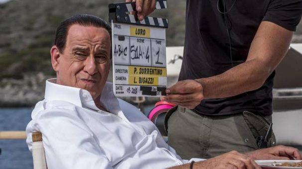 Toni Servillo si trasforma in Silvio Berlusconi (Ansa)