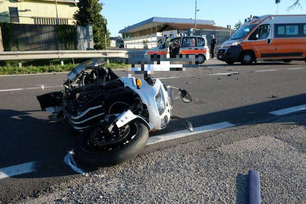 Iincidente mortale  tra auto e moto davanti al distributore di metano sulla Ravegnana (Foto Fantini)