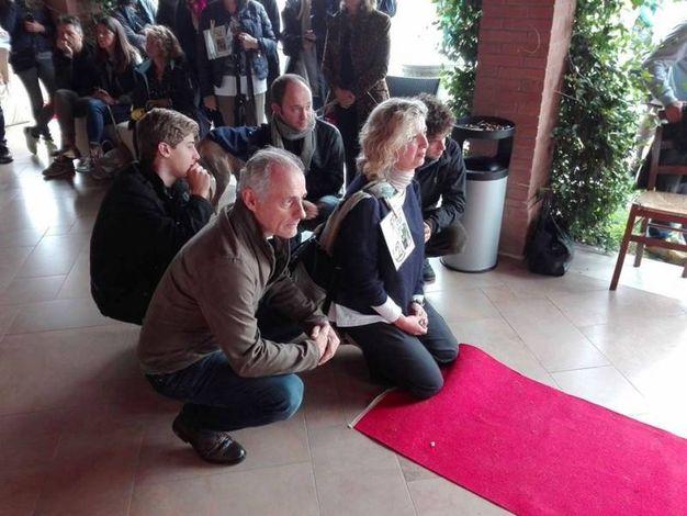 L'emozionante attesa di una famiglia che ha adottato un galgo (Foto Scardovi)