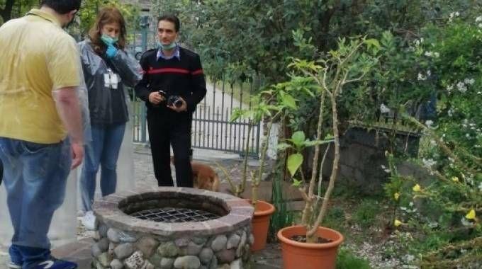 I tecnici esaminano il punto di prelievo della villetta friulana dove la famiglia ha trascorso le vacanze
