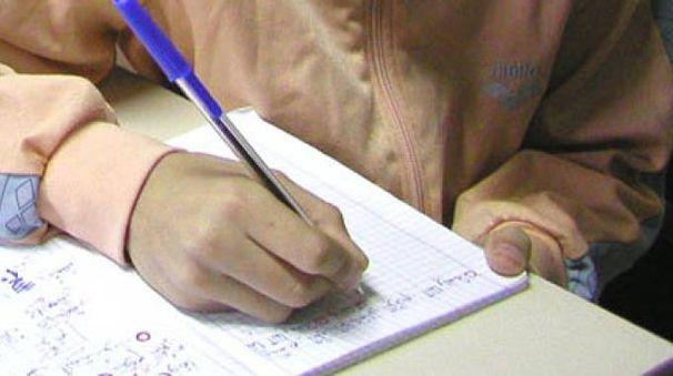 Una bambina studia la lingua araba