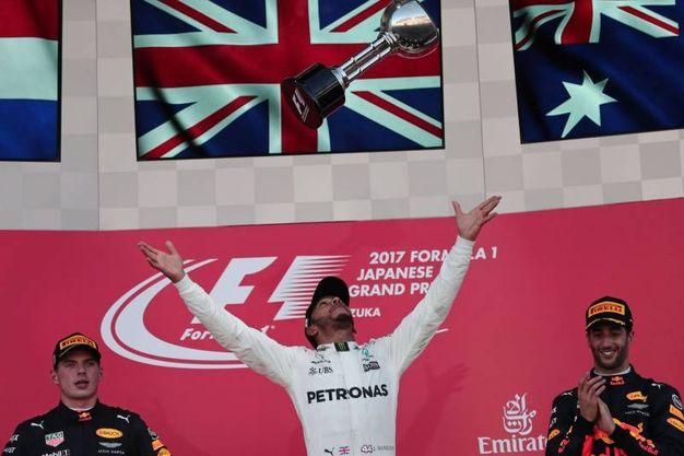 Lewis Hamilton festeggia la vittoria a Suzuka (Afp)