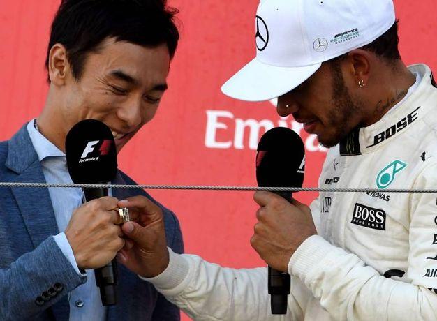Hamilton osserva l'anello del vincitore della Indy 500 di Takuma Sato (Ansa)