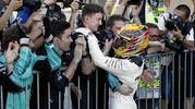 L'abbraccio di Hamilton con i meccanici della Mercedes (Ansa)
