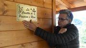 La targhetta sulla casa di legno (foto De Marco)