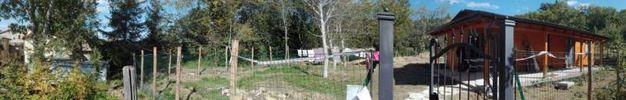 L'immagine panoramica in cui si vede la distanza tra la casetta di legno e il container