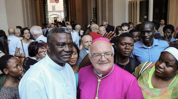 Mons. Gian Carlo Perego con alcuni esponenti della comunità nigeriana ferrarese