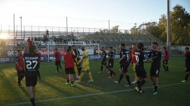 Il Siena fa festa con i suoi tifosi a Olbia