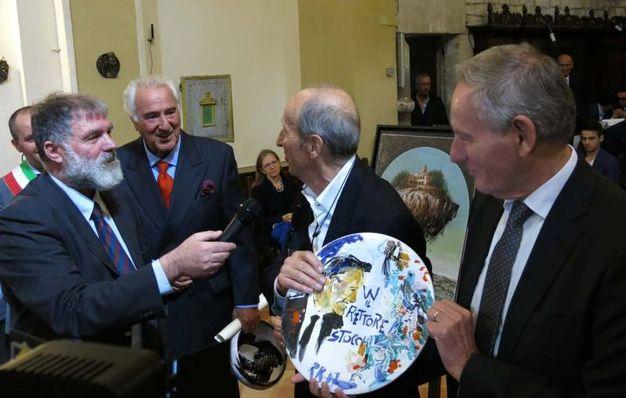 Premio Frontino 2017: Raimondo Rossi dona una ceramica al rettore Stocchi (Foto Tiziano Mancini)