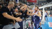 L'esultanza dei giocatori della Fortitudo con i tifosi (Foto Petrangeli)