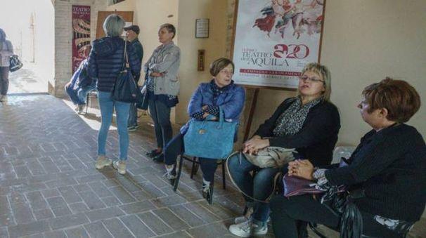 In fila per l'abbonamento al teatro dell'Aquila (foto Zeppilli)