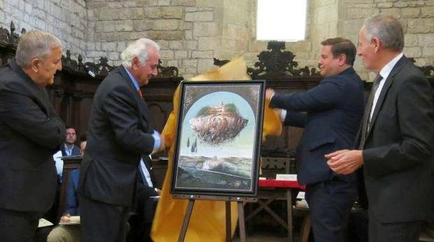 Mario Logli, secondo da sinistra, presenta il suo dipinto su Montefiorentino