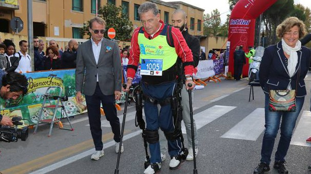 Stefano Paolicchi con l'esoscheletro della Sant'Anna (foto Valtriani/Teta)