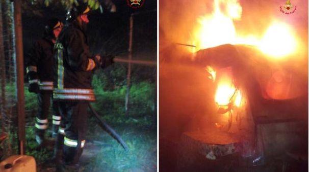 Le fasi di spegnimento della roulotte in fiamme
