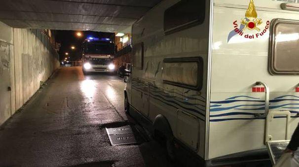 Il camper incastrato nel sottopasso di via Marconi