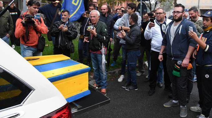 La bara finta dai colori gialloblù con la quale i tifosi hanno espresso la loro ira