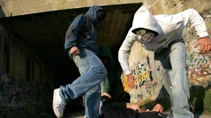 Aggressione e rapina tra giovanissimi