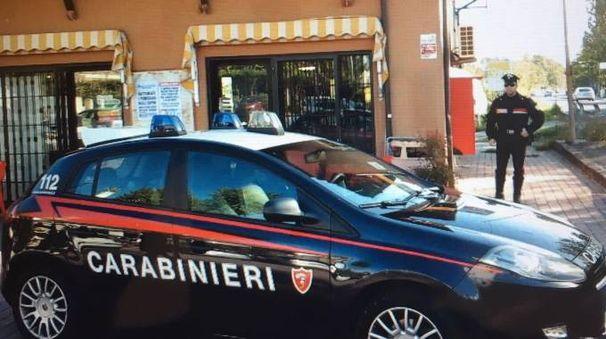 Carabinieri davanti al bar di via Teggi