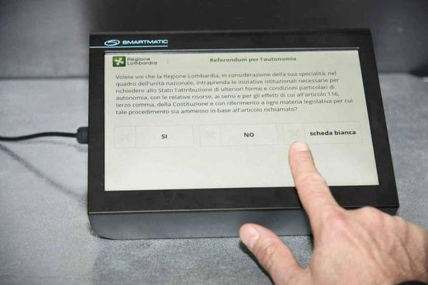 Il quesito del referendum sullo schermo del tablet (Amsa)