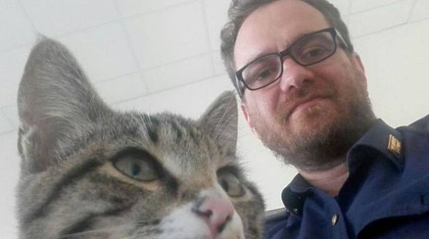 Il gattino adottato dal poliziotto