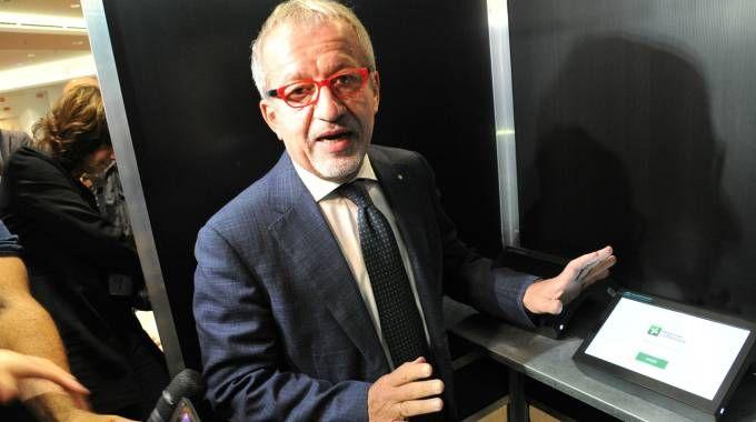 Il presidente della Regione nella (finta) cabina allestita ieri a Palazzo Lombardia