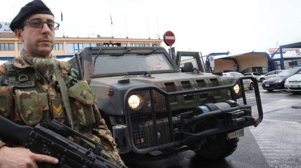 Un militare impiegato nell'antiterrorismo (foto archivio)
