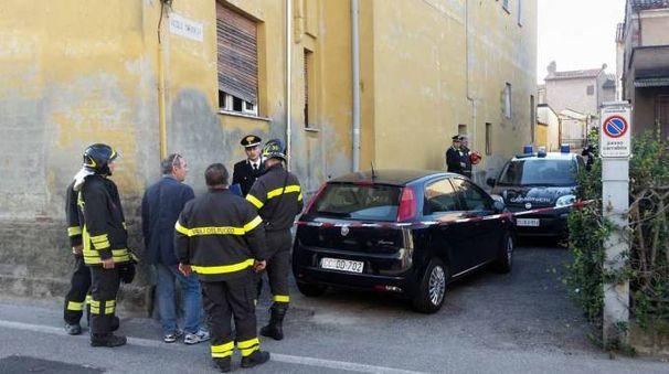 I carabinieri hanno raccolto reperti tra cui un oggetto nero trovato vicino alla finestra da cui gli ignoti sono entrati (Gazzola)