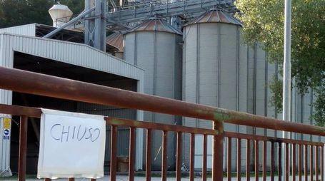 I cancelli chiusi dopo la tragedia del silos