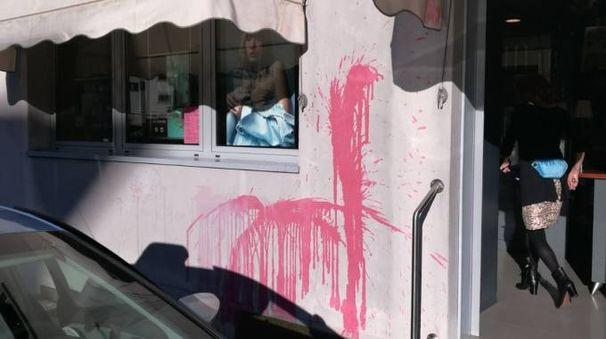 Un'immagine della secchiata di vernice ancora sul muro