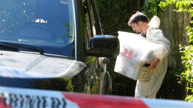 I tecnici nell'orto dov'è stato trovato il cadavere di Marilena Re