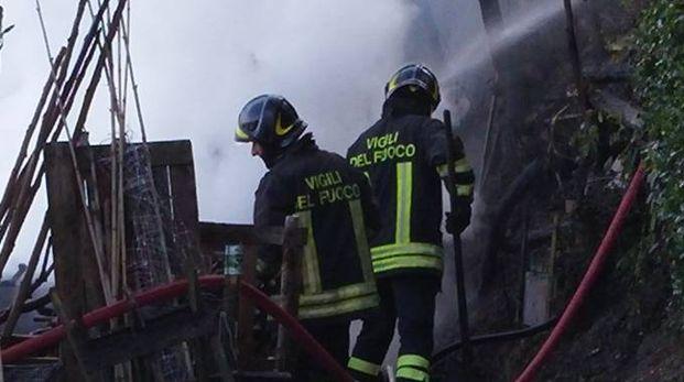 I vigili del fuoco ieri sul colle San Nicolò