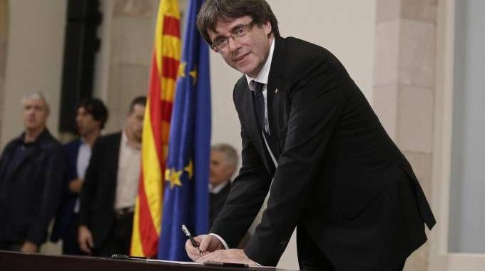 Catalogna, il presidente Puigdemont firma la dichiarazione di indipendenza (Ansa)