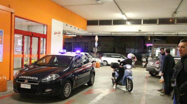 I carabinieri davanti al supermercato rapinato