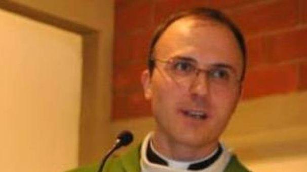 Don Simone Amidei  guida la parrocchia di Oste