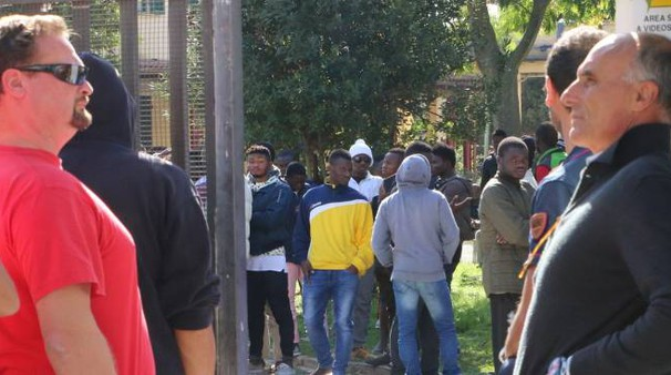 Rivolta al centro migranti (Foto Valtriani)
