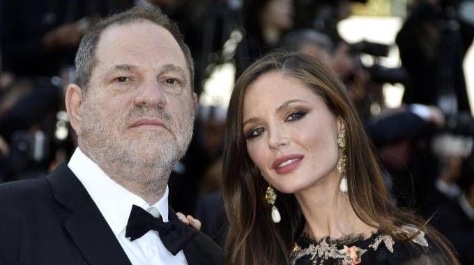 Il produttore Harvey Weinstein e la moglie Georgina Chapman (Ansa)