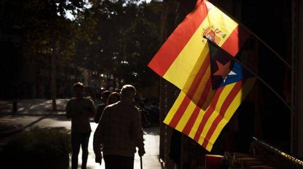Una bandiera spagnola e una catalana esposte a Barcellona (Ansa)