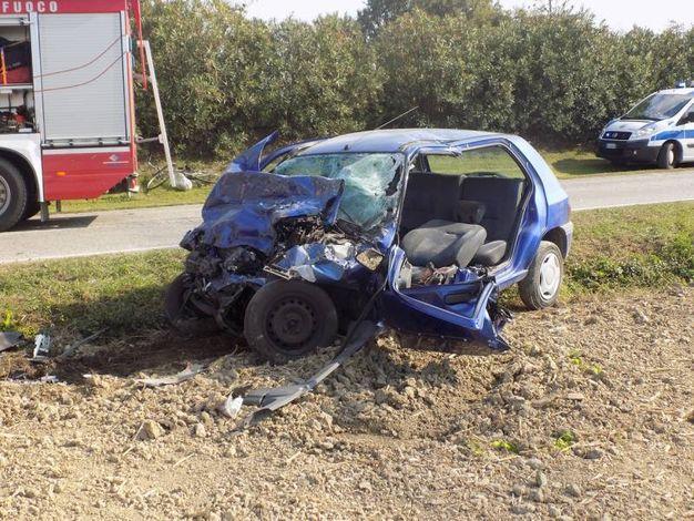 Il conducente del furgone ha raccontato di essersi trovato davanti l'auto ed è stato elitrasportato all'ospedale Maggiore (foto Laura Guerra)