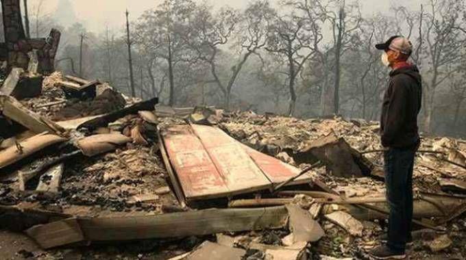 Levi Leiphemer davanti alla sua casa bruciata
